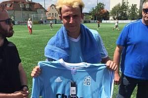 """Julius """"Lavi"""" Lavický aliad herec Matěj Štáfek daroval do dražby svůj vyšehradský dres."""