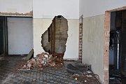 Chybí nejen topení a železné rošty na vpustích, ale někde dokonce i kusy zdí.