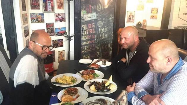 ZDENĚK POHLREICH  u stolu s majiteli restaurace Marcelem a Jerrym Humlem.