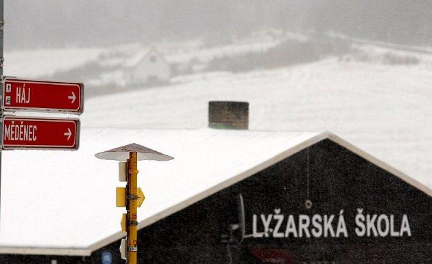 Klínovec pokryla pěticentimetrová pokrývka sněhu.