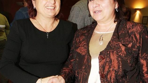 Jana Vaňhová (vlevo) gratuluje Marii Štáfkové ke zvolení novou náměstkyní primátorky Chomutova.