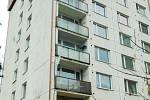 Muž skočil z balkonu pátého patra tohoto paneláku.