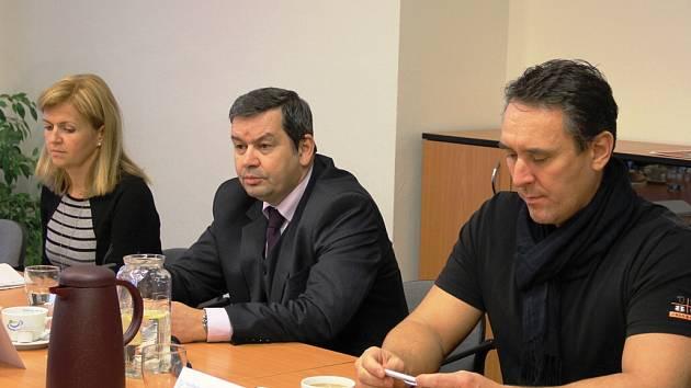 Starosta Klášterce Štefan Drozd (uprostřed), informuje novináře o revitalizaci sídliště.