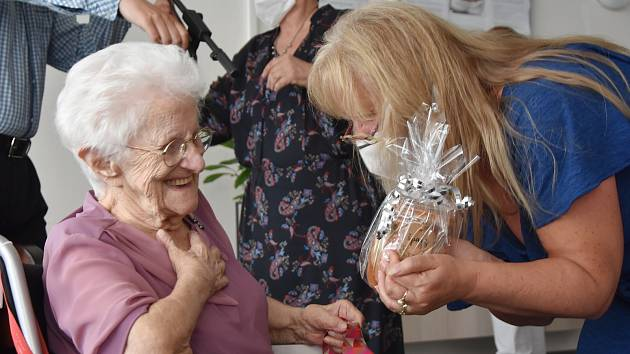 Jirkovanka Františka Votavová oslavila 105. narozeniny. Přála jí rodina, vedení domova pro seniory, kde žije, a přátelé. Gratulanti tvořili dlouhou frontu.