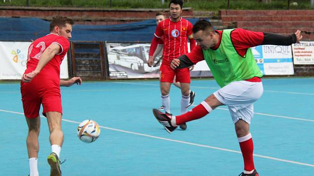 Benfika-FC Viet Chomutov A 2:4,hráč Benfiky střílí na branku.