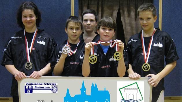 Úspěšní členové Kosagym Kadaň Iveta Kosová, Jakub Juhar, Ladislav Eisenhammer, Michael Fejsák a Vojtěch Král (zleva) s medailemi z turnaje v Polsku