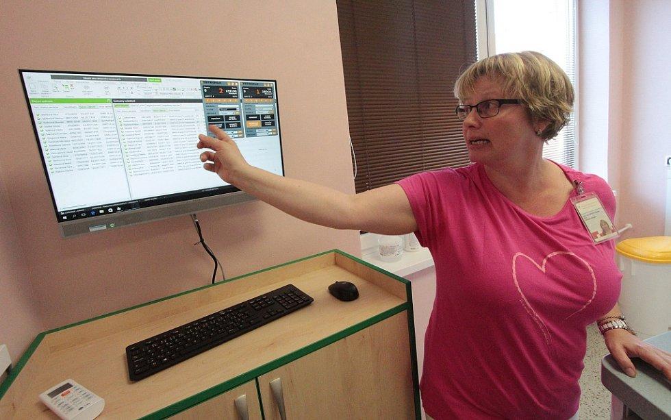 Dagmar Kollertová, primářka radiodiagnostického oddělení chomutovské nemocnice, u nového vybavení