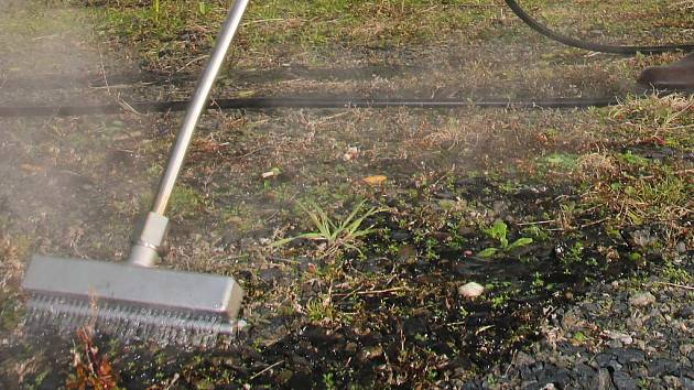 Odstraňování plevele pomocí vroucí vody. Ilustrační foto