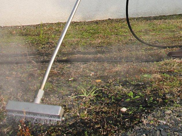 Horká voda zatočí v Tišnově s plevelem nebo sprejerskými výtvory