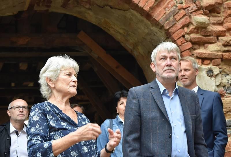 Prezidentka spolku Via Levamente Lenka Kodešová a velvyslanec Norského království v České republice Robert Kvile,