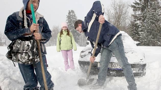 Ještě ve čtvrtek se horalé potýkali se závějemi sněhu.