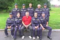 Křimovští dobrovolní hasiči se starostou obce Zdeňkem Vokatým (v civilu).