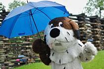 Deštník potřeboval i sám Maxipes Fík.