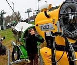 Příprava vleků a sněhových děl v areálu Klíny na Mostecku. Na snímku pracovnic Leona Kaurová