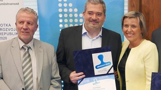 DIPLOMY, NÁLEPKA... Primátor Daniel Černý převzal krom diplomů také nálepku Přívětivého úřadu, která pod vizuálem modrého razítka stvrzuje, že magistrát poskytuje nadstandardně kvalitní služby.