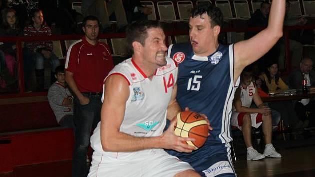 Tomáš Hrubý v souboji pod košem.