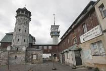 HOTEL si na rekonstrukci ještě nějakou dobu počká. Rozhledna bude ale jako nová už do konce roku 2013. Peníze na její opravu půjdou z Evropského fondu regionálního rozvoje.