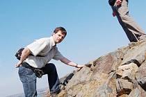 DVOUMETROVÁ HRADBA. Část pravého břehu už lemují kamenné valy, které budou chránit proti vlnobití. Na snímku tiskový mluvčí Povodí Ohře Jan Svejskovský a vedoucí provozu Petr Staněk, kteří přijeli zkontrolovat jak práce probíhají.