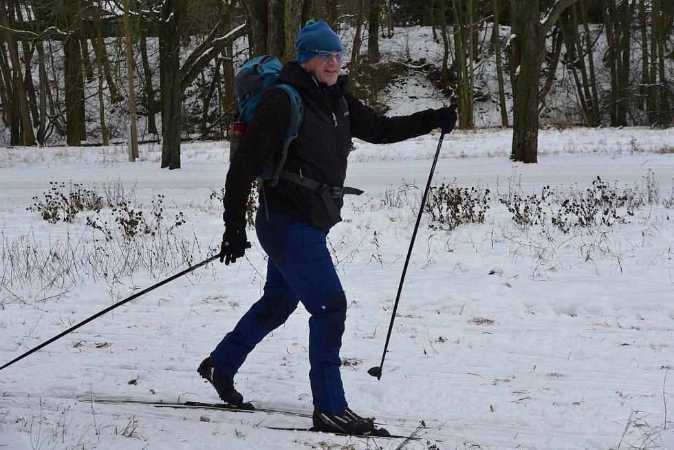 Běžkaři ve velkém vyrazili do stopy. Plno bylo v Bezručově údolí i na horách