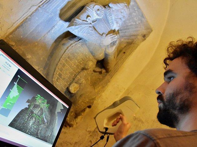 František Hůla z firmy 3Dees skenuje náhrobek Kryštofa z Karlovic. Nasnímaná data jdou přímo do počítače.