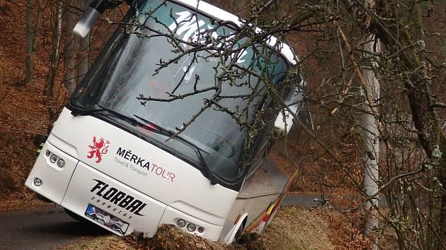 Autobus s chomutovskými florbalisty sjel u Malé Skály z cesty