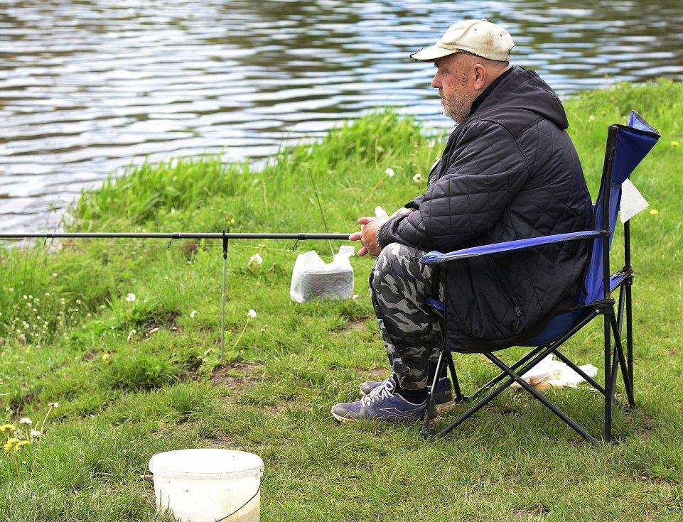 Rybáři čekající na úlovky na břehu jezera Banda a v Kadani u Ohře.