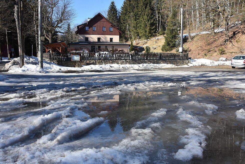 Oblíbený penzion v Mezihoří v nedávné minulosti vyhořel, majitel ho ale nechal postavit znovu. Mezihoří je jednou z vesnic, které patří k Blatnu.