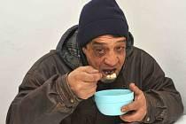 Už třetí zimu se chomutovští bezdomovci mohou každý všední den odpoledne zahřát a zasytit v budově magistrátu ve Zborovské ulici. Dostanou polévku, čaj a pečivo.