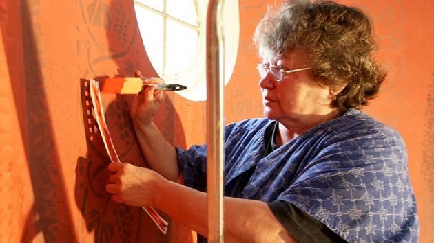 Malířka Marie Svobodová v těchto dnech zdobí stěny kapličky v obci Jindřišská u Jirkova.