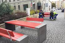 U Informačního centra v Jirkově, které je spojené s multimediálním muzeem hasičství přibyly lavice a stoly v barvách hasičské techniky.