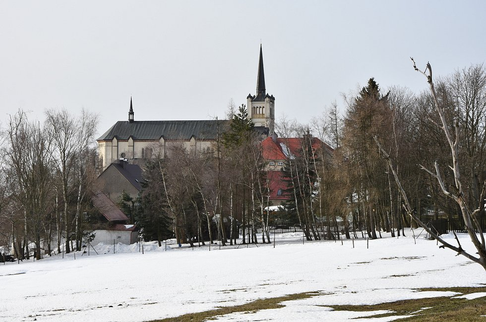 Kostelu sv. Václava ve Výsluní se pro jeho velikost říká také katedrála Krušných hor.