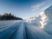 Upravená silnice Výsluní - Rusová po vydatném sněžení. (5.2.2019)