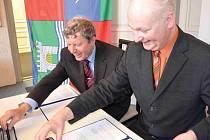 Smlouvu zaručující chomutovské průmyslovce titul Fakultní škola podepsali děkan fakulty výrobních technologií UJEP František Holešovský (vlevo) a ředitel průmyslové školy Jan Lacina.