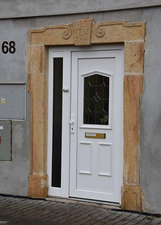 Z nejstaršího domu v Údlicích, který byl dříve památkově chráněný, zbyl v podstatě jen vstupní portál. Nová je fasáda, střecha, plastová okna a dveře.