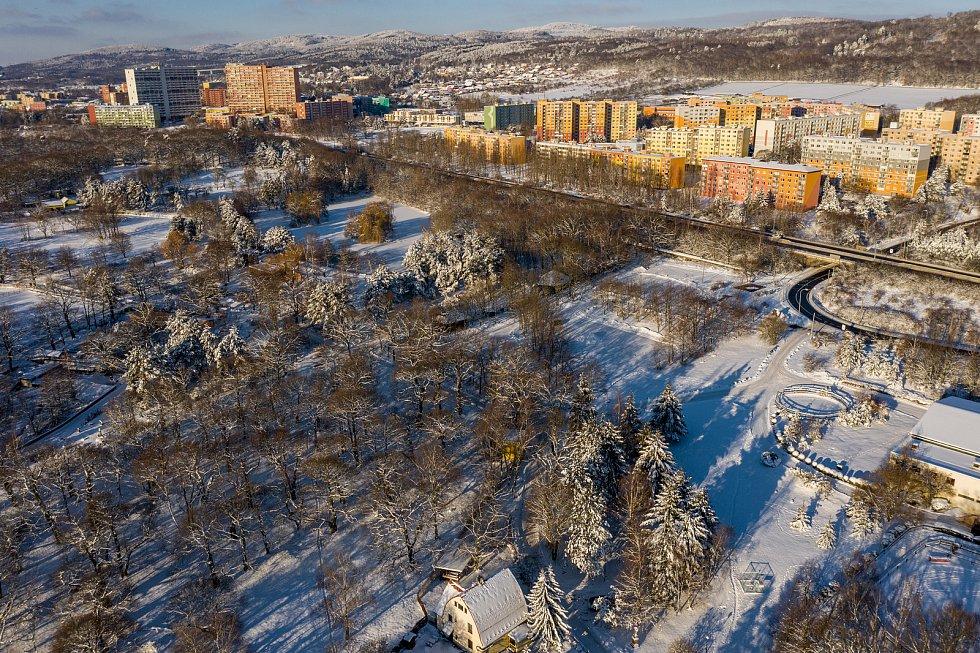 Pohled na statek a část Zooparku Chomutov a místní sídliště Březenecká uprostřed letošní krásné bílé zimy. (15.2.2021)