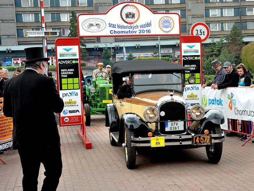 Nejstarší vozidlo srazu, Chrysler 58 touring, r.v. 1925, právě vyjíždí z parkoviště. Majitelem auta je Richard Janča. Vozidlo mělo v Chomutově premiéru.