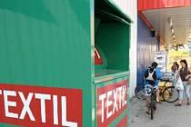 TEXTIL. Kontejnery na textil nově přibyly u obchodních center v Klášterci nad Ohří.. V Kadani se instalovali nedávno. Lidé o ně mají zájem.