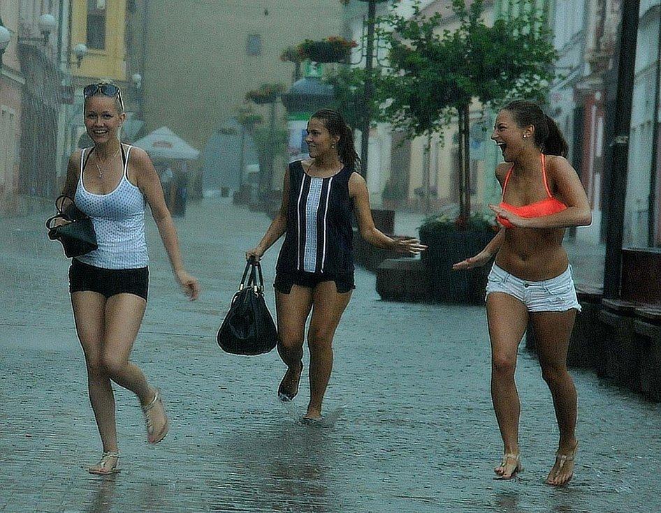 Děvčata zastihla průtrž na kadaňském náměstí.