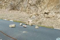 """""""Každý sesuv a pád kamenných bloků je jiný. Někdy je to nevinně vyhlížející sesunutá """"hromádka kamení"""", jindy je zasažená plocha poměrně rozsáhlá,"""" říká mluvčí Jan Svejkovský."""