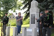 Znovuodhalený památník a čestná stráž v podání chomutovských ostrostřelců.