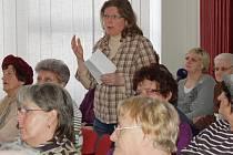 ŠPATNĚ JSTE TO VYMYSLELI. Na setkání přišlo se svými námitkami na sedmdesát obyvatel Horní Vsi, většinou seniorů. Na snímku jedna z mála představitelek mladší generace Martina Fulierová.