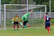 V utkání proti Chlumčanům zdobil hru domácích především důraz v osobních soubojích a hlad po gólech. Na snímku při zakončení v zeleném David Rezek.