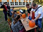 Desítky dětí a rodičů ve škole Volňásek v Klášterci nad Ohří dlabaly dýně a vařily dýňovou polévku a dort.