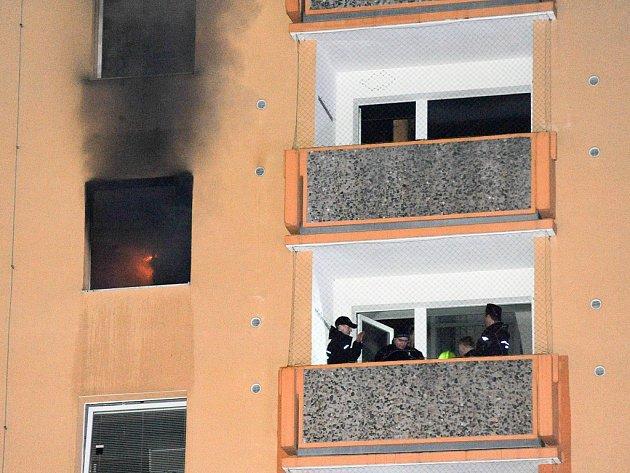 Požár v bytě panelového domu v jirkovské ulici Na Borku