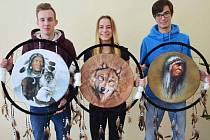 Jirkovští gymnazisté s lapači, které vytvořili sami Indiáni.