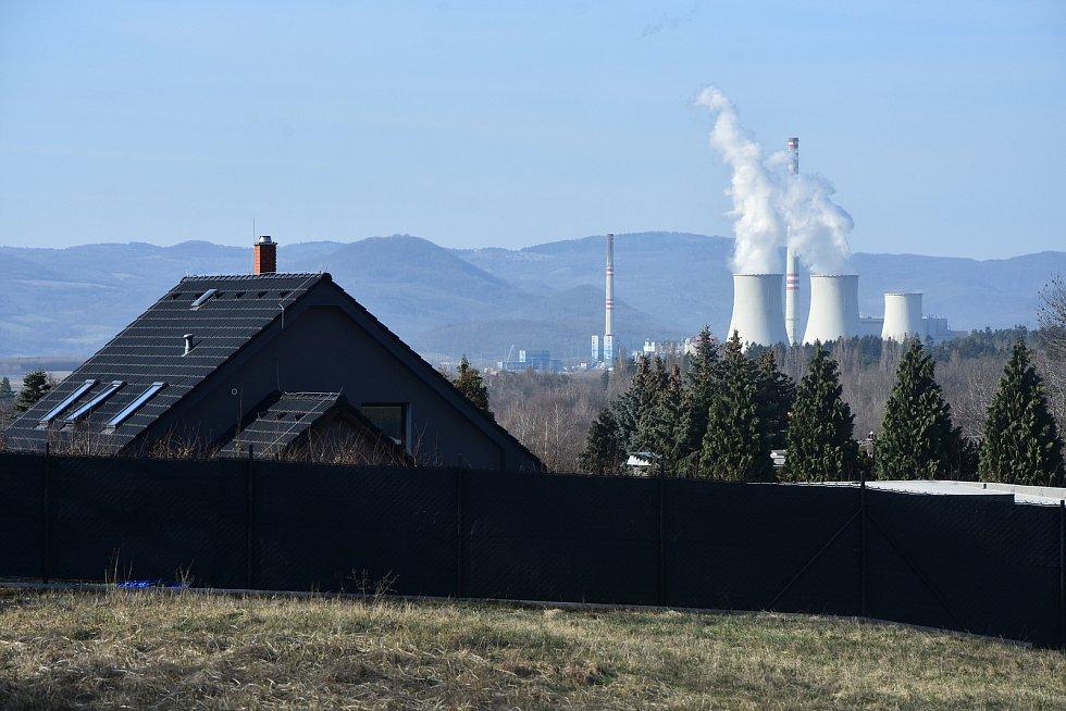 Střechy v Zelené - Málkově a komíny prunéřovské elektrárny.