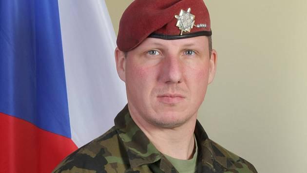 Jednou z obětí teroristy byl absolvent litvínovské střední školy Schola Humanitas, šestatřicetiletý Martin Marcin. Zde na oficiální fotografii Armády ČR.