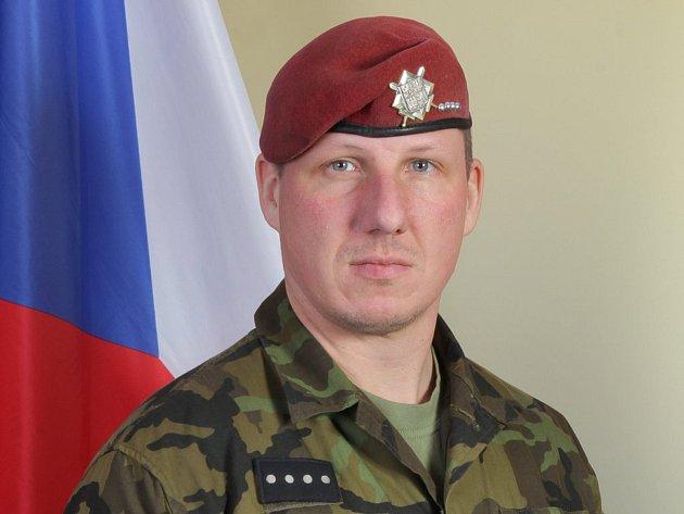 Jednou zobětí teroristy byl absolvent litvínovské střední školy Schola Humanitas, šestatřicetiletý Martin Marcin. Zde na oficiální fotografii Armády ČR.