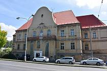 Dům v Puškinově ulici v Chomutově byl postavený jako  chudobinec, později sloužil jako poliklinika, sídlo policie a nakonec ubytovna.