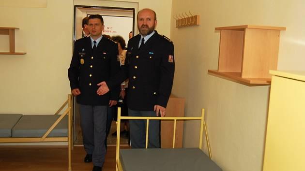 Současný ředitel všehrdské věznice Jiří Šrajber (vpravo) a bývalý ředitel téže věznice Pavel Ondrášek představili nové ubytovací prostory pro odsouzené – kuchaře.